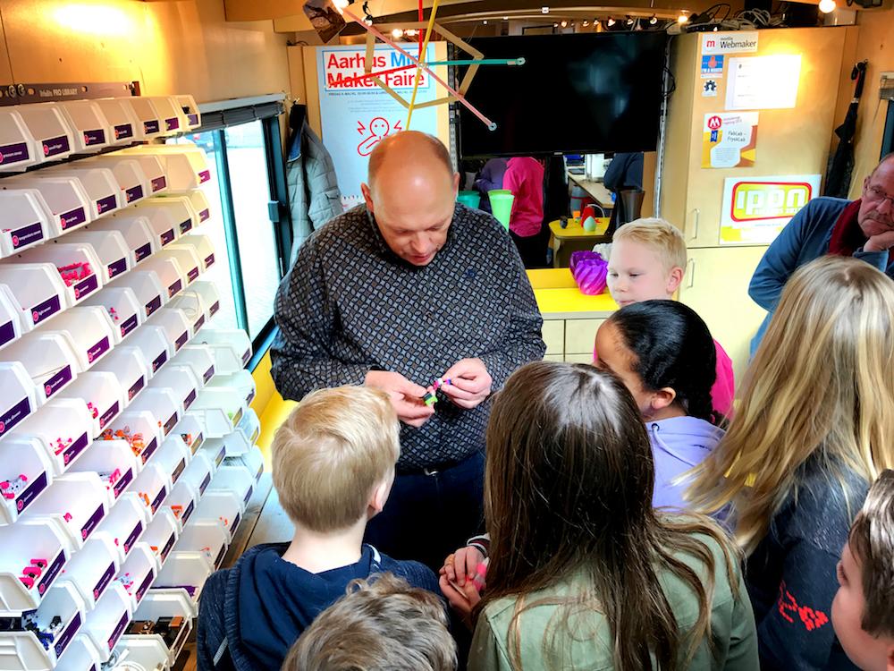 Aan Kootstra laat de kinderen de mogelijkheden van LittleBits zien.