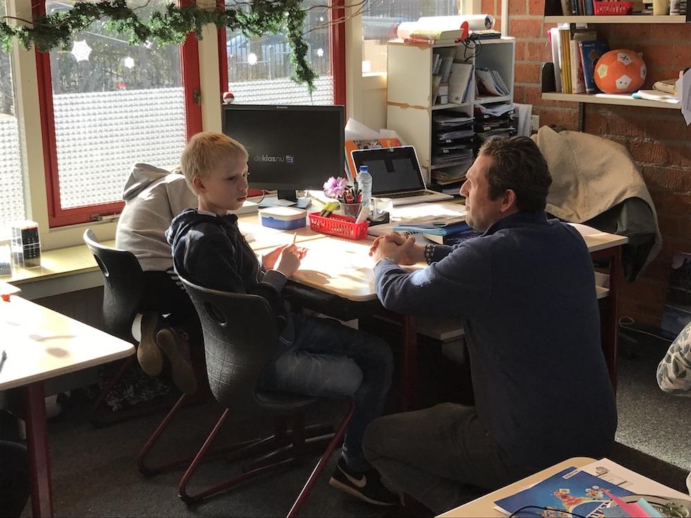 Ton Zijlstra bespreekt met één van de kinderen wat hij bedacht heeft.