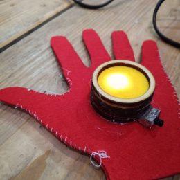 Medewerkers NIVO Noord maken handschoen Iron Man voor kinderen
